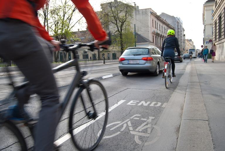 cyclists-1750975_1920.jpg